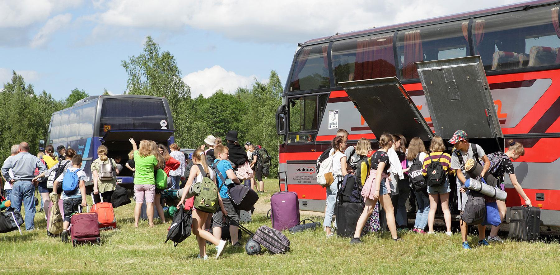 Jaunieji turistai atvyksta į stovyklą